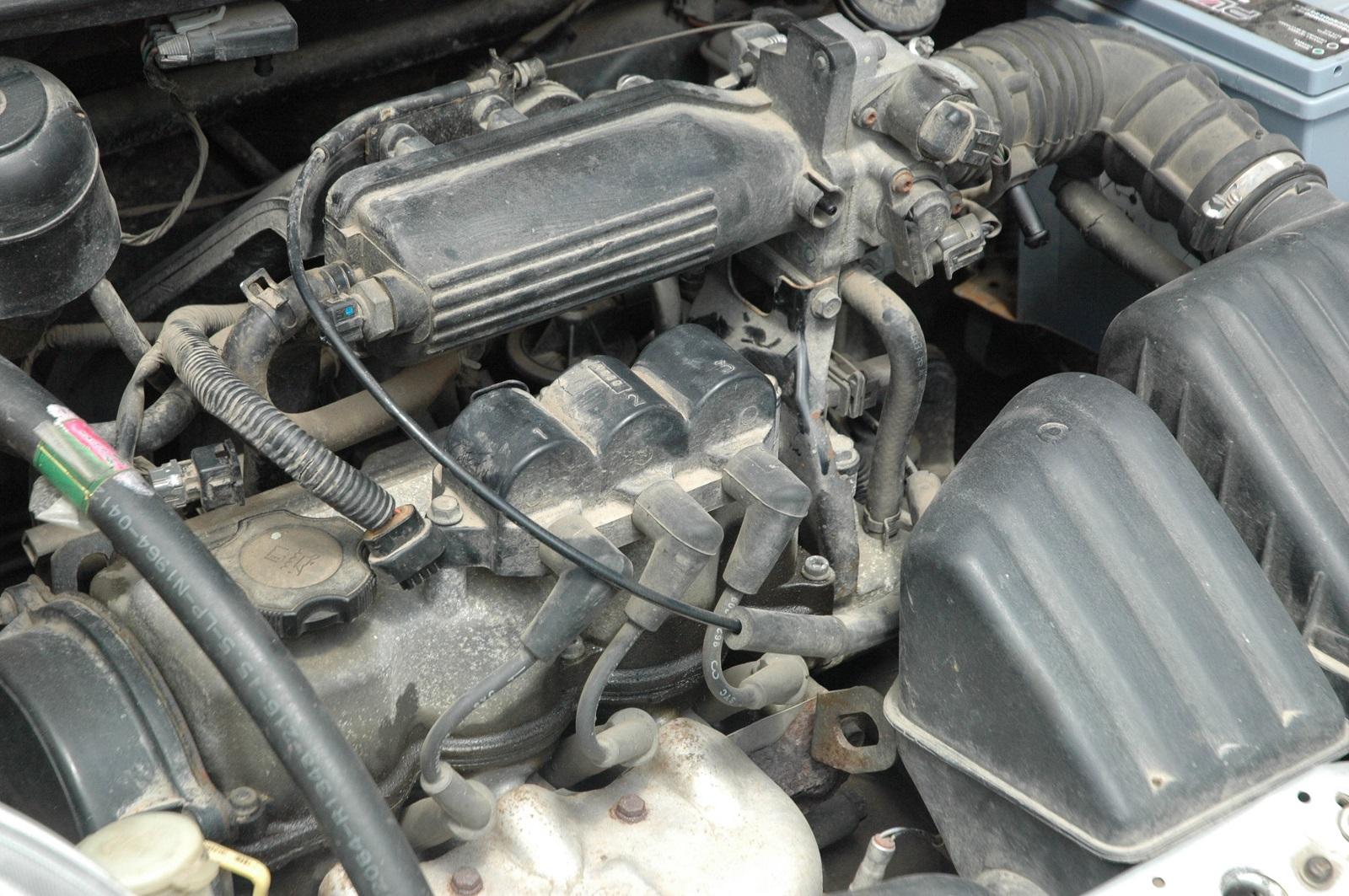 Троение мотора всегда сопровождается вибрацией, которую можно ощутить руками или даже увидеть