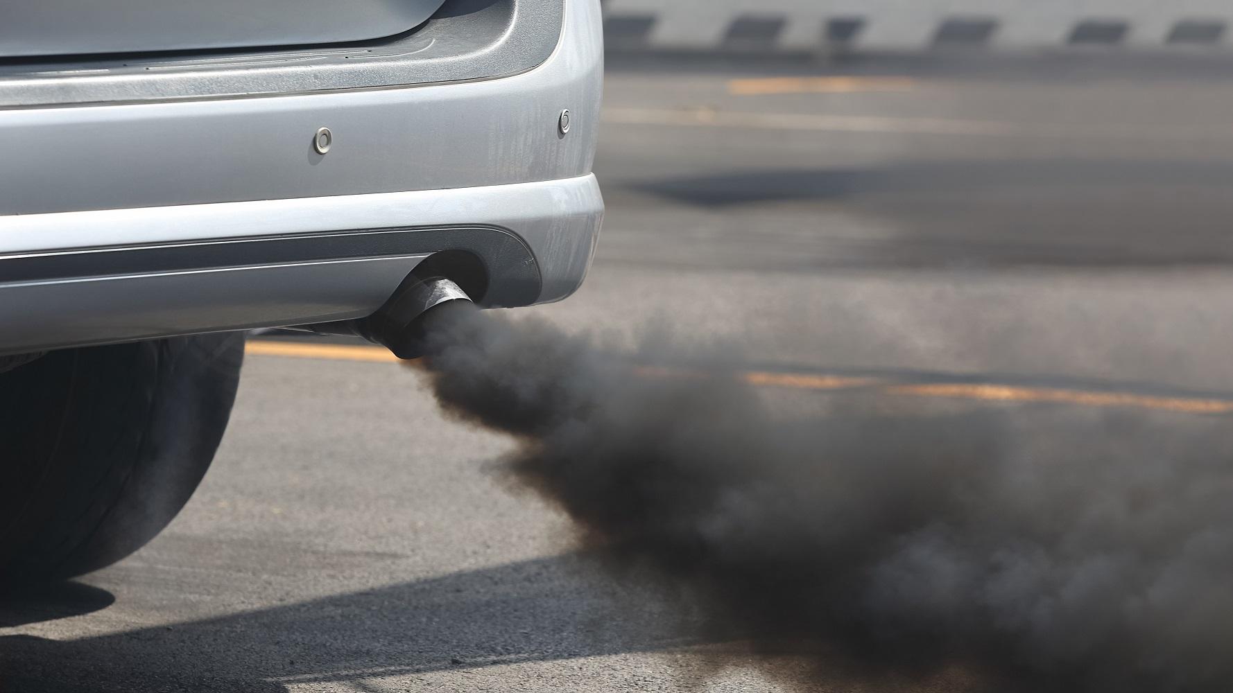 Черный дым из дизельной выхлопной трубы