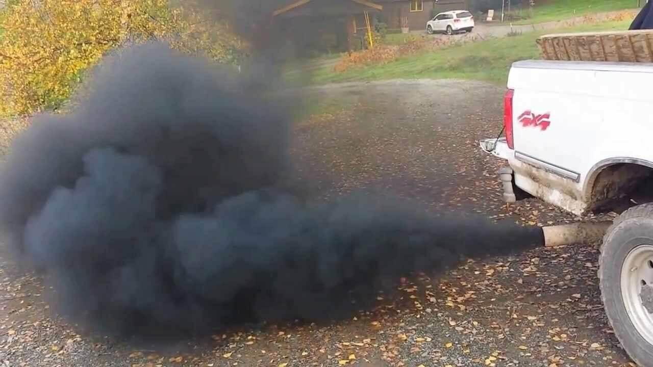 Дым из выхлопной трубы дизельного двигателя