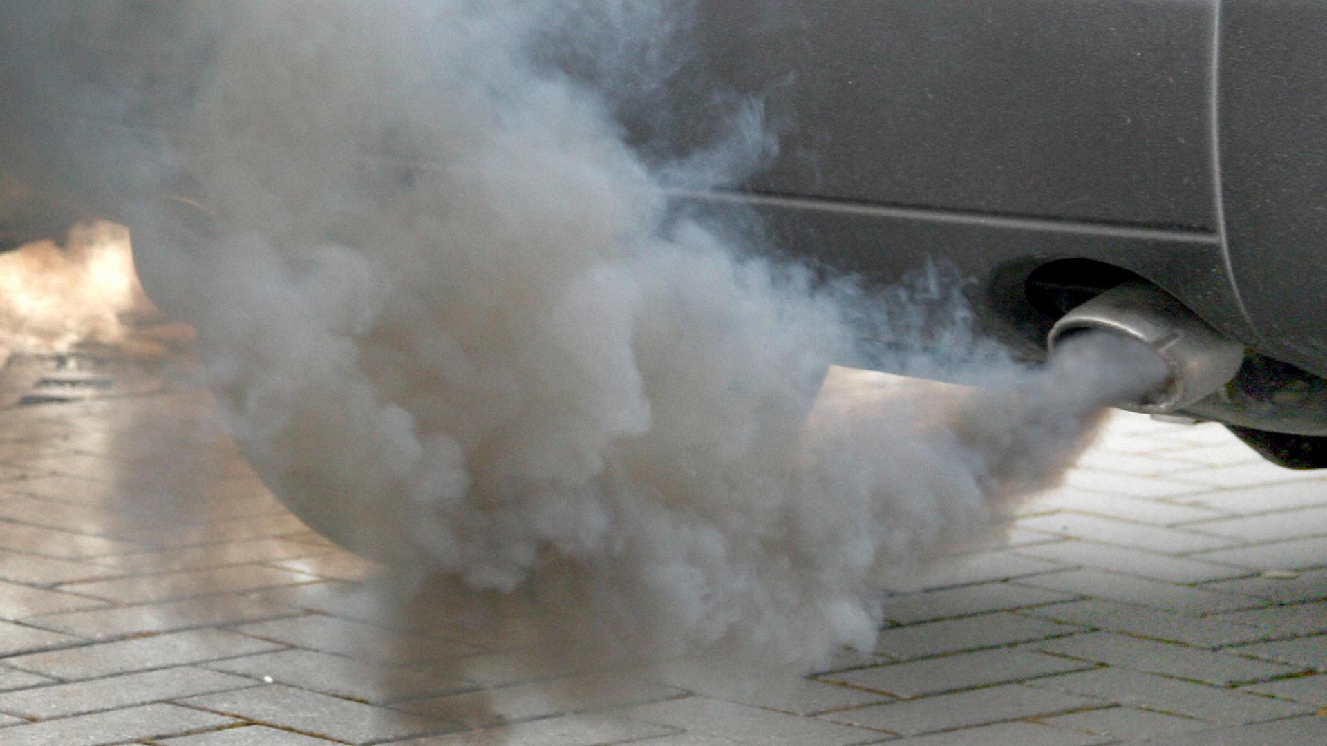 Машина дымит
